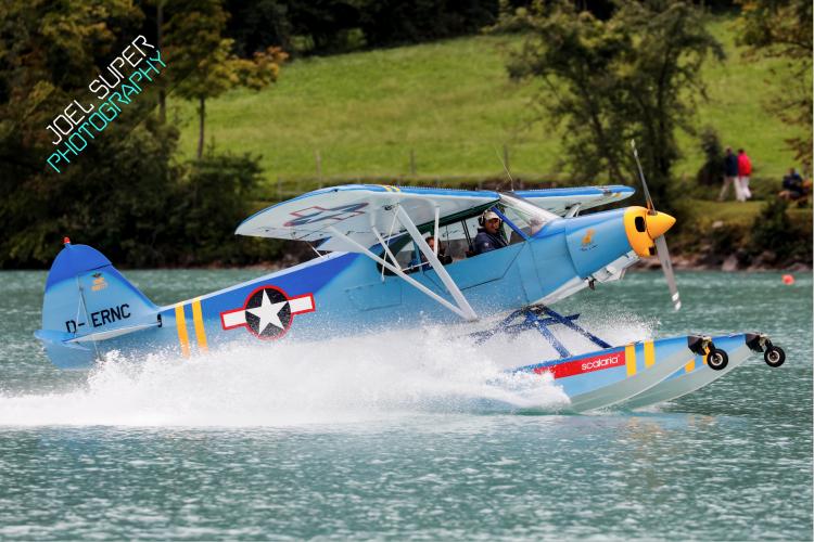 Piper Cub D-ERNC beim aufsetzen auf dem Wasser.