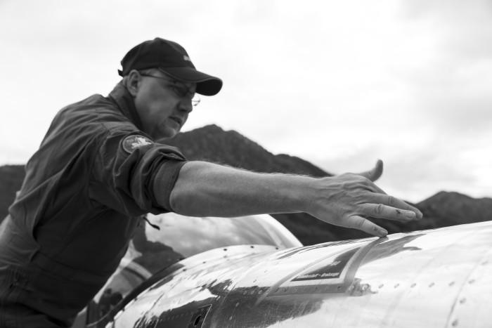 Roland Ginggen bei der Inspektion der Pilatus P-3