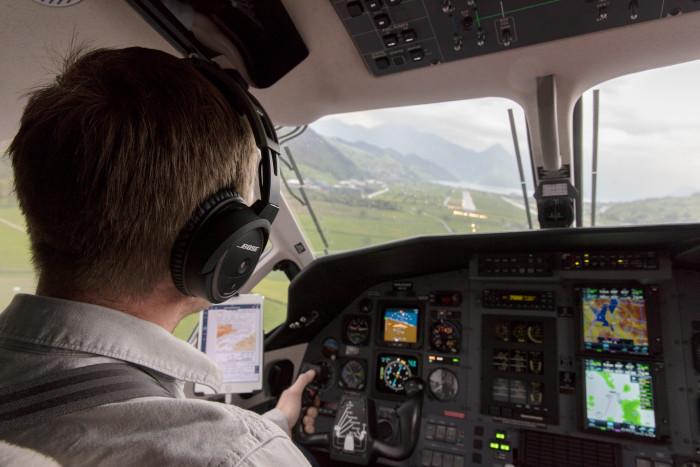 Pilot bei der Landung auf die Piste 08 in Buochs LSZC